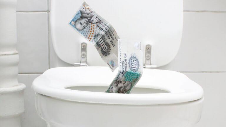 Sender du penge ud i toilettet?