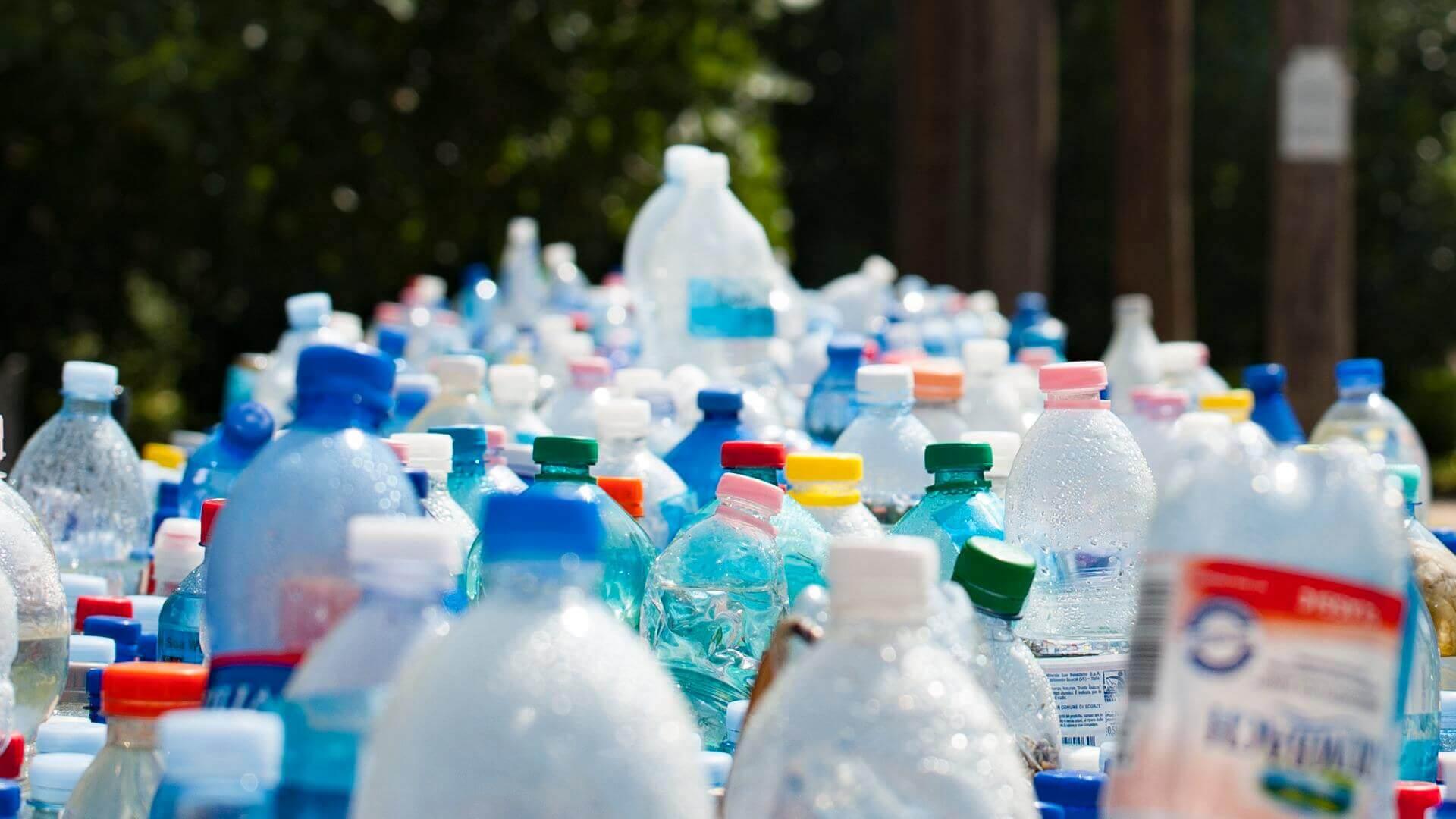 plastikflasker i en lang raekke