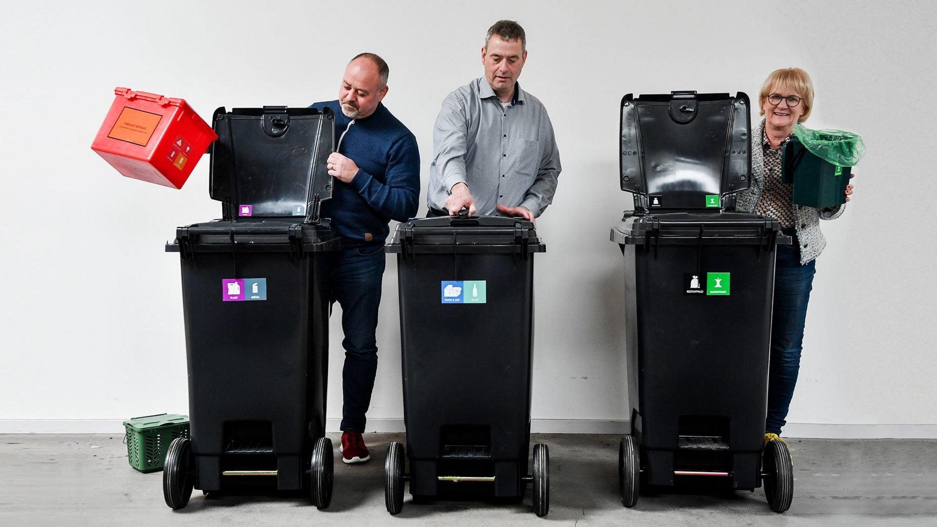 Tom, Hans Erik og Aase med de nye affaldsbeholdere
